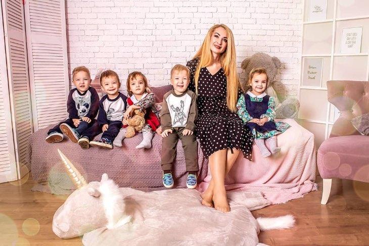 Как живет Оксана, которая сама растит пятерняшек и дочь, а отец хитрит чтоб не платить алименты